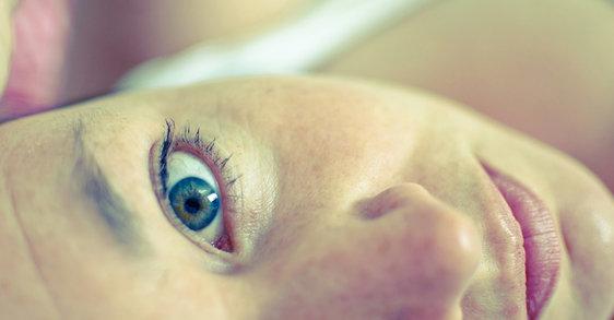 ¿Qué es lo que causa ojeras y zonas resecas bajo los ojos?
