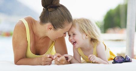 Bebés al agua: protege su piel del sol